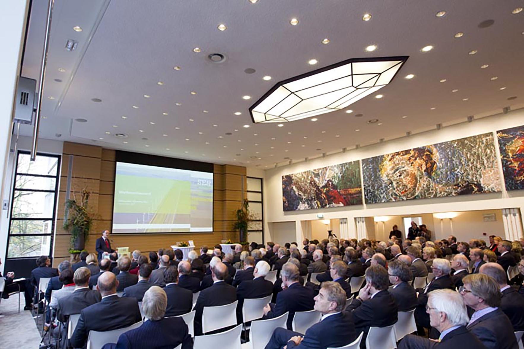 KONIGIN BIJ JUBILEUMCONGRES 60 JAAR SER: VEERKRACHT EN VERTROUWEN:DEN HAAG;25NOV2010- HKH Koningin Beatrix was aanwezig bij het jubileumcongres van de SER, 60 jaar SER: veerkracht en vertrouwen. Koningin Beatrix nam het eerste exemplaar van het jubileumboek in ontvangst.  Foto: Dirk Hol  naamsvermelding verplicht.